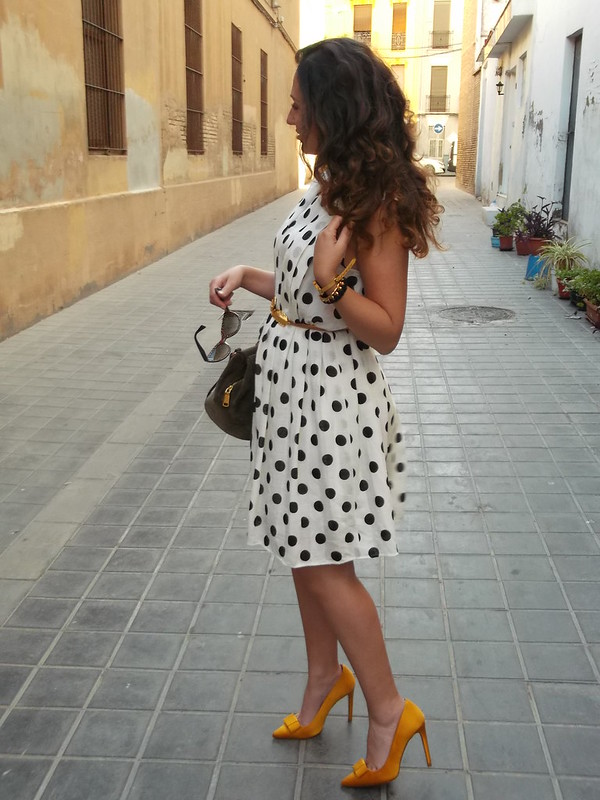 Vestido, vintage, blanco lunares negros, zapatos de salón amarillo ocre, cinturón dorado hoja, bolso verde, dress, White black spots, yellow shoes, golden leaf belt, green bag, Susi sweet dress, Zara, Bimba & Lola, Aliexpress, Prada, Carolina Herrera
