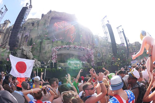 [Photo] Tomorrowland 2013 0726 Flag of Japan, Arty in main ... What A Crowd What A Stage Tomorrowland 2013 In Photos