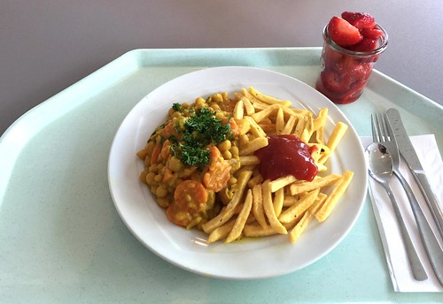 Chickpea curry with french fries / Kichererbsencurry mit Pommes Frites