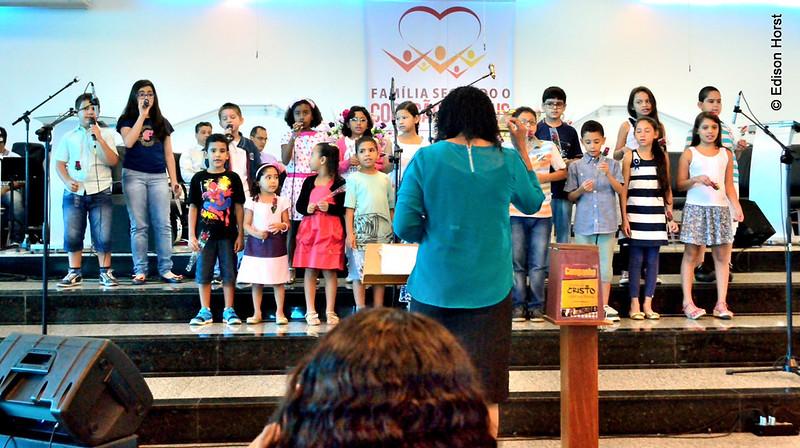 Os infantis em louvor a Deus