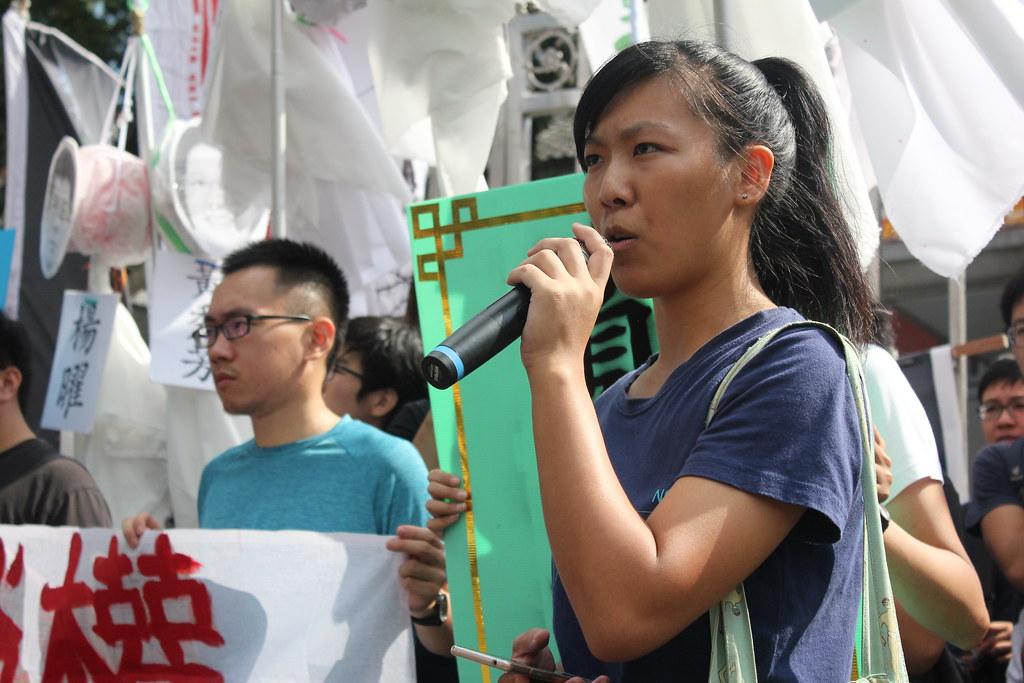 洪诗婷以自身经验说明打工族恶劣的劳动条件,并表示不能接受政府为资方剥削劳工的作为。(摄影:高若想)