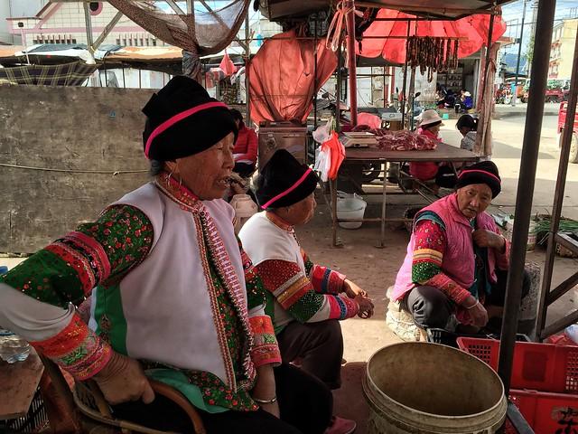 Mujeres mongolan en el mercado de Xinmeng (Yunnan, China)