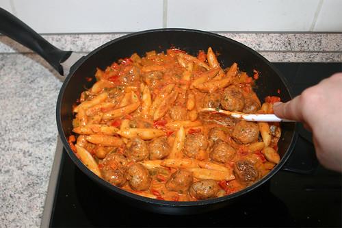 49 - Schupfnudeln mit Sauce verrühren / Mix potatoe noodles with sauce