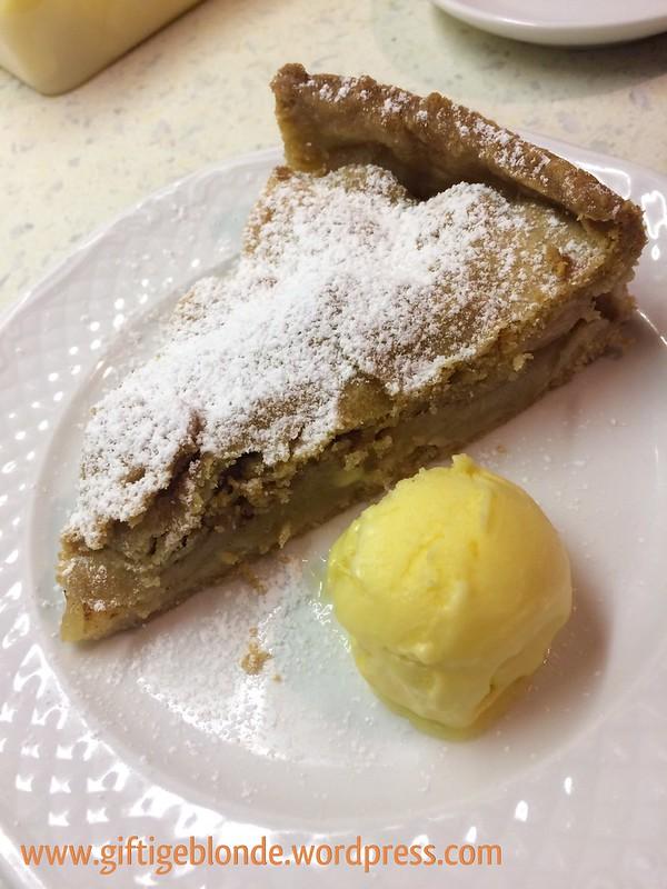 Gedeckter Apfel - Birnen Kuchen mit hausgemachtem Mango Eis