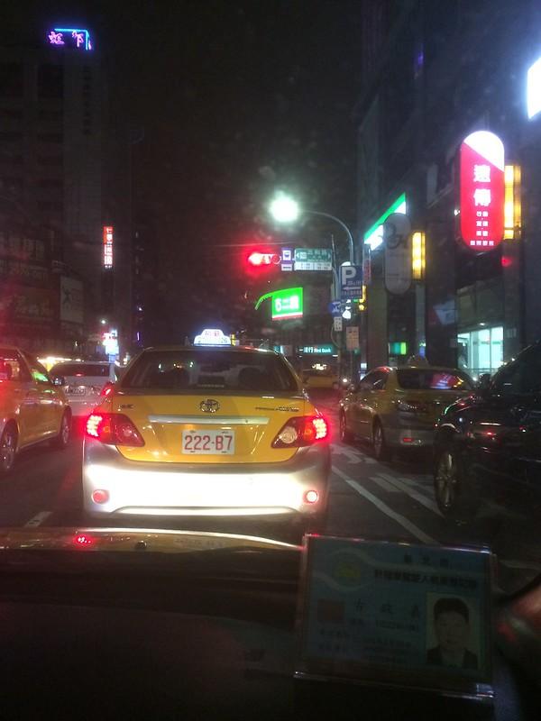 台北駅東口からタクシーでホテルへ移動