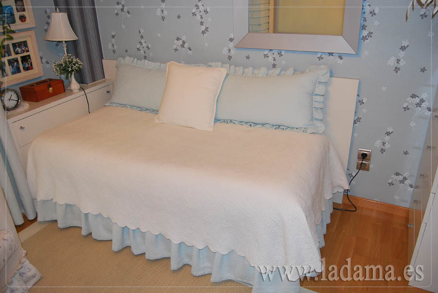 Dormitorio cl sico colcha y cortinas piqu visita - Cortinas bonitas para dormitorio ...