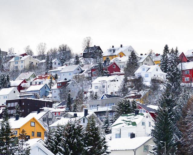 Casitas típicas de colores de Tromso, en Noruega, bajo la nieve