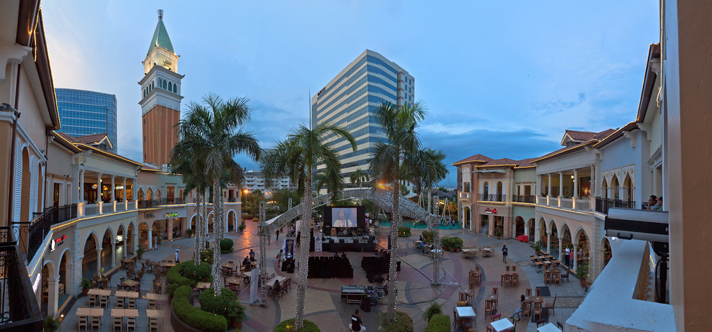 Venice Piazza at McKinley Hill | Panorama of the performance ...: https://www.flickr.com/photos/kostastrovas/9041522691