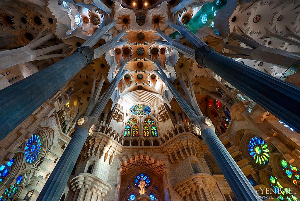 Barcelona sagrada familia interior sagrada familia for La sagrada familia inside