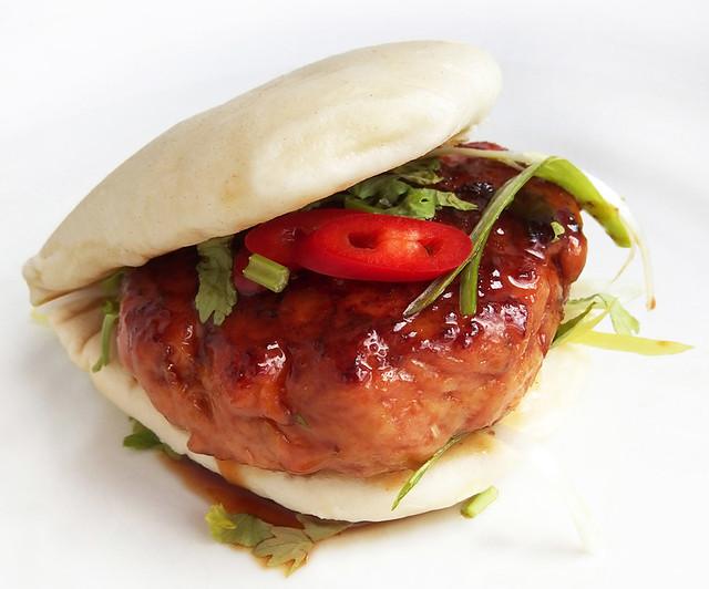 Gestoomd broodje Gua Bao met Japanse gehaktballetjes