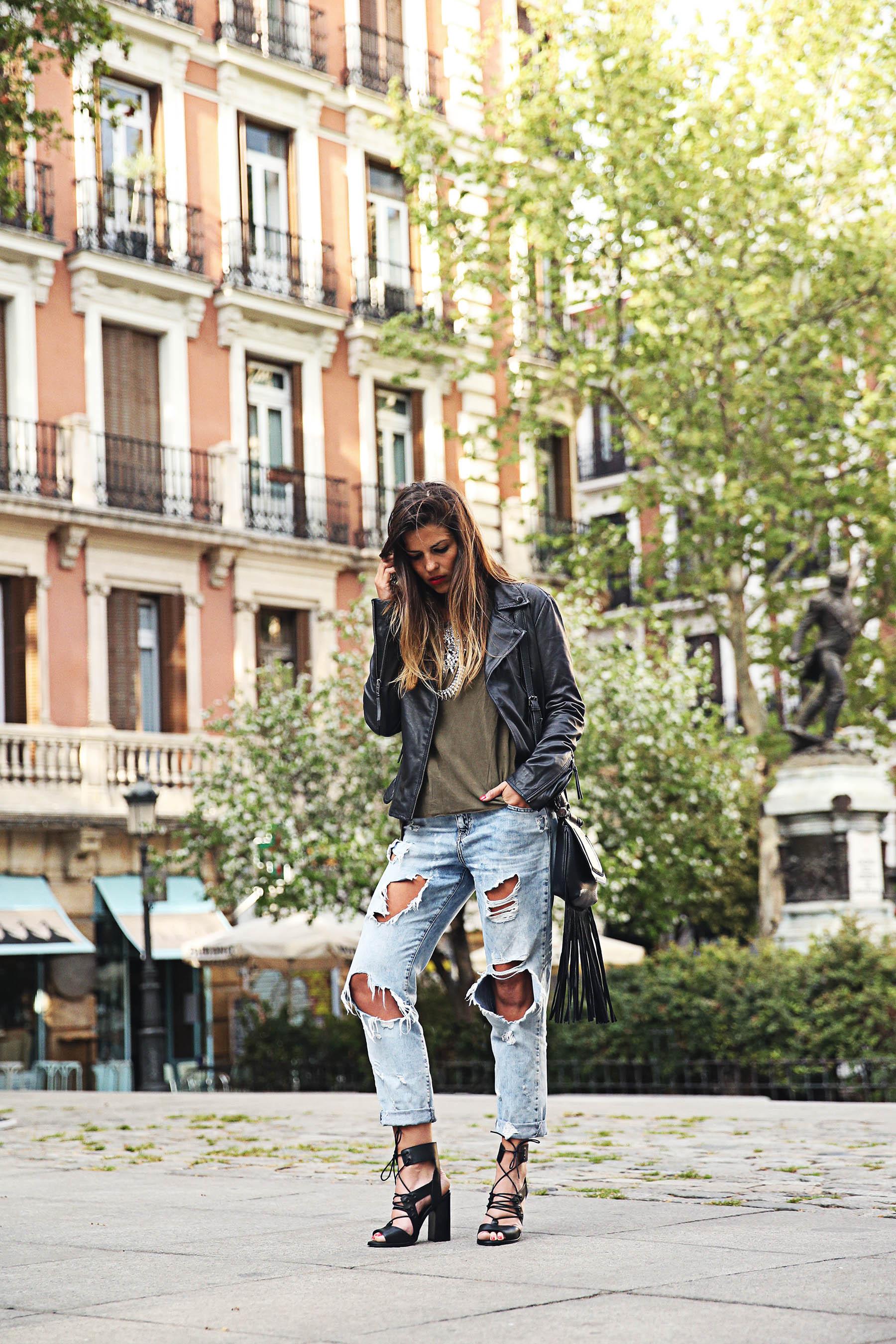 trendy-taste-look-outfit-street-style-ootd-blog-blogger-fashion-spain-moda-españa-boyfriend-vaqueros-jeans-steve-madden-sandalias-verano-primavera-leather-jacket-chaqueta-cuero-khaki-caqui-ripped-rotos-5