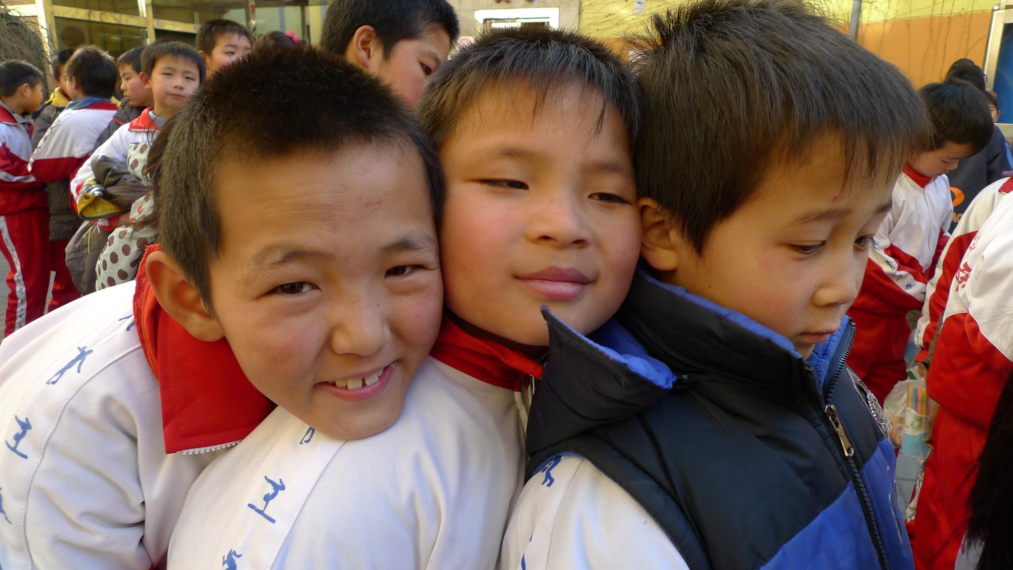 參與校外音樂活動的孩子們等待活動開始。