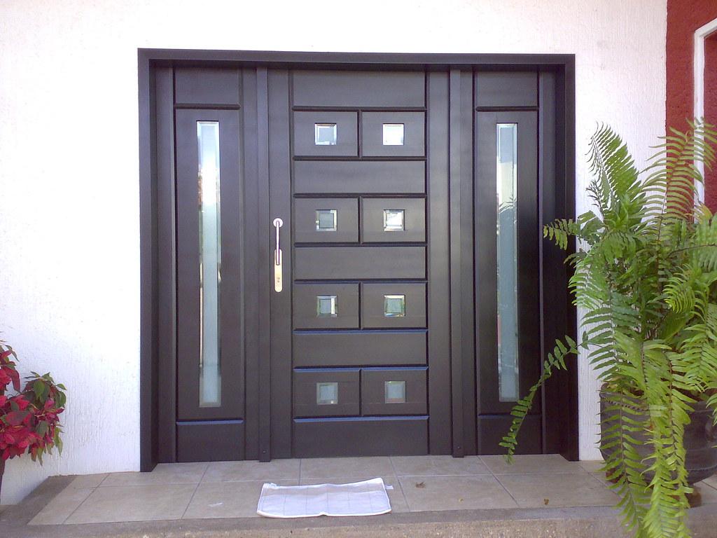 Puerta minimalista chocolate despues de un tiempo de for Puertas para casas minimalistas