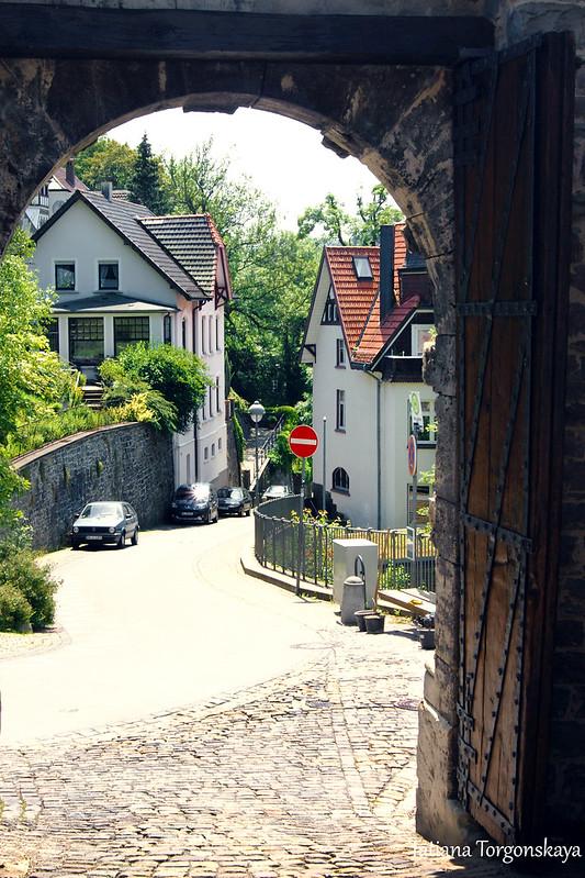 Вид на улицу сквозь арку