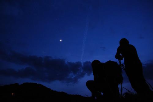朧月とひこーき雲。そして男二人