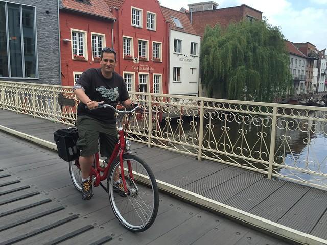 Sele recorriendo Gante en bicicleta