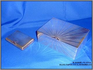 קופסת סיגרים וקופסת סיגריות שהם חלק מהאוסף של קופסאות למוצרי עישון