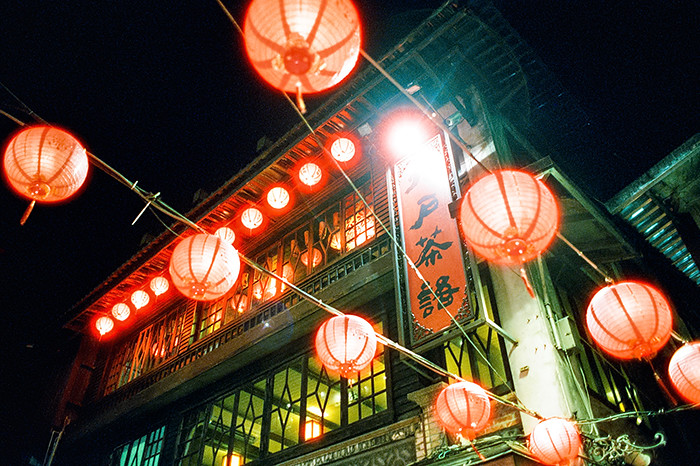 © 2016. In the courtyard at very bottom of the famous Jiufen stairs. Monday, Sept. 5, 2016. CineStill 800T, Canon EOS A2.