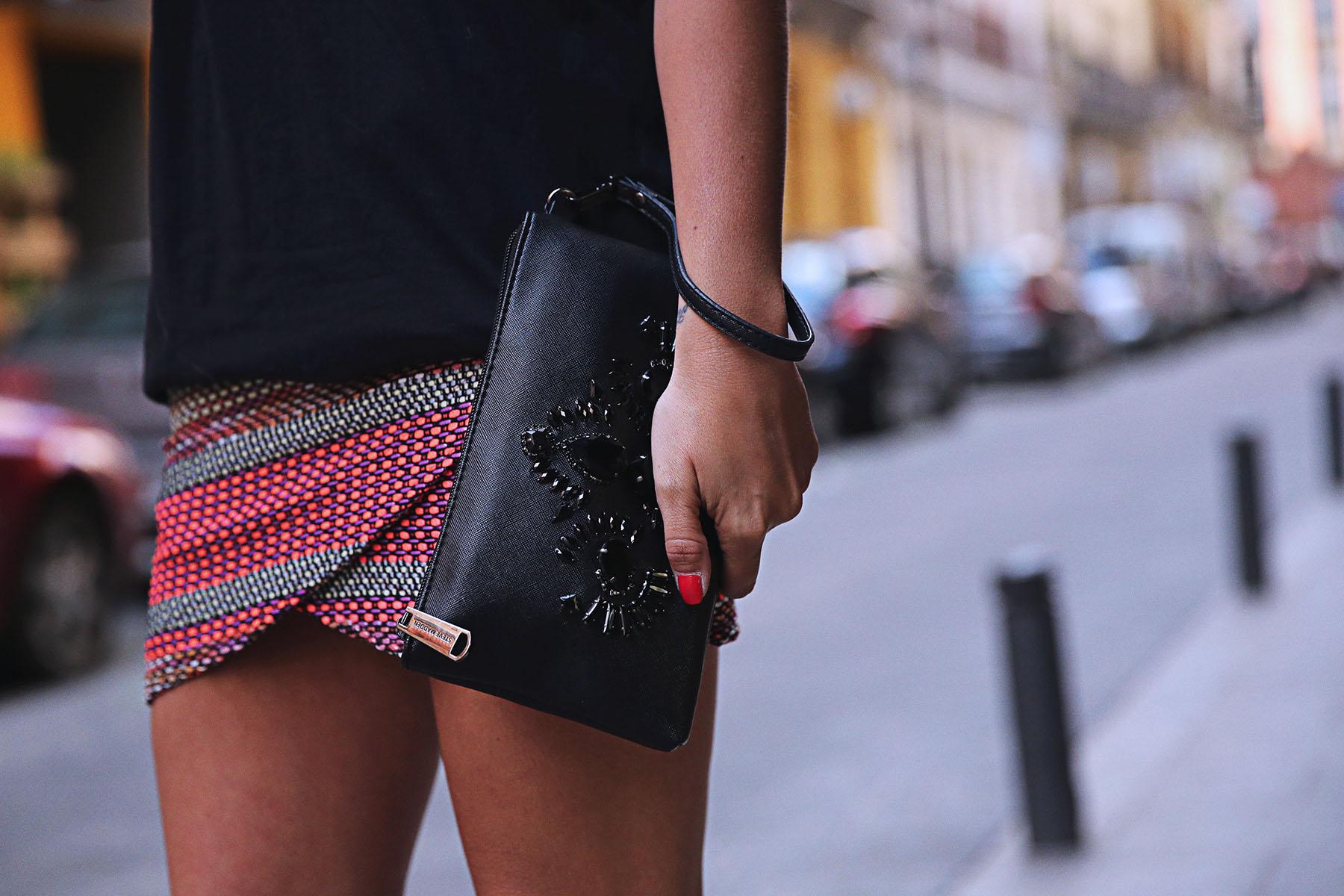 trendy-taste-look-outfit-street-style-ootd-blog-blogger-fashion-spain-moda-españa-falda-etnica-ethnic-print-skirt-steve-madden-basic-tee-dior-black-negro-1