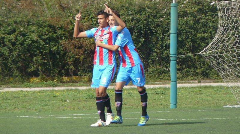 Alessio Rizzo, abbracciato dal compagno Davide Di Stefano, in occasione del gol contro il Siracusa (si ringrazia Manuel Bisceglie per la concessione della foto)