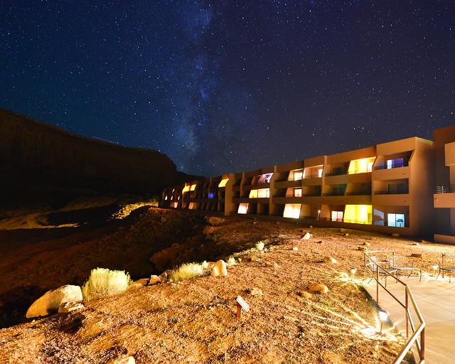 El hotel The View en mitad de la noche bajo la vía láctea en Monument Valley