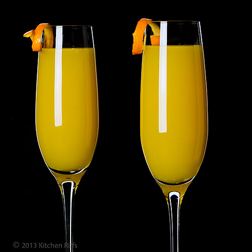 Mimosa cocktail 4 mimosa cocktails with orange twist for Cocktail mimosa