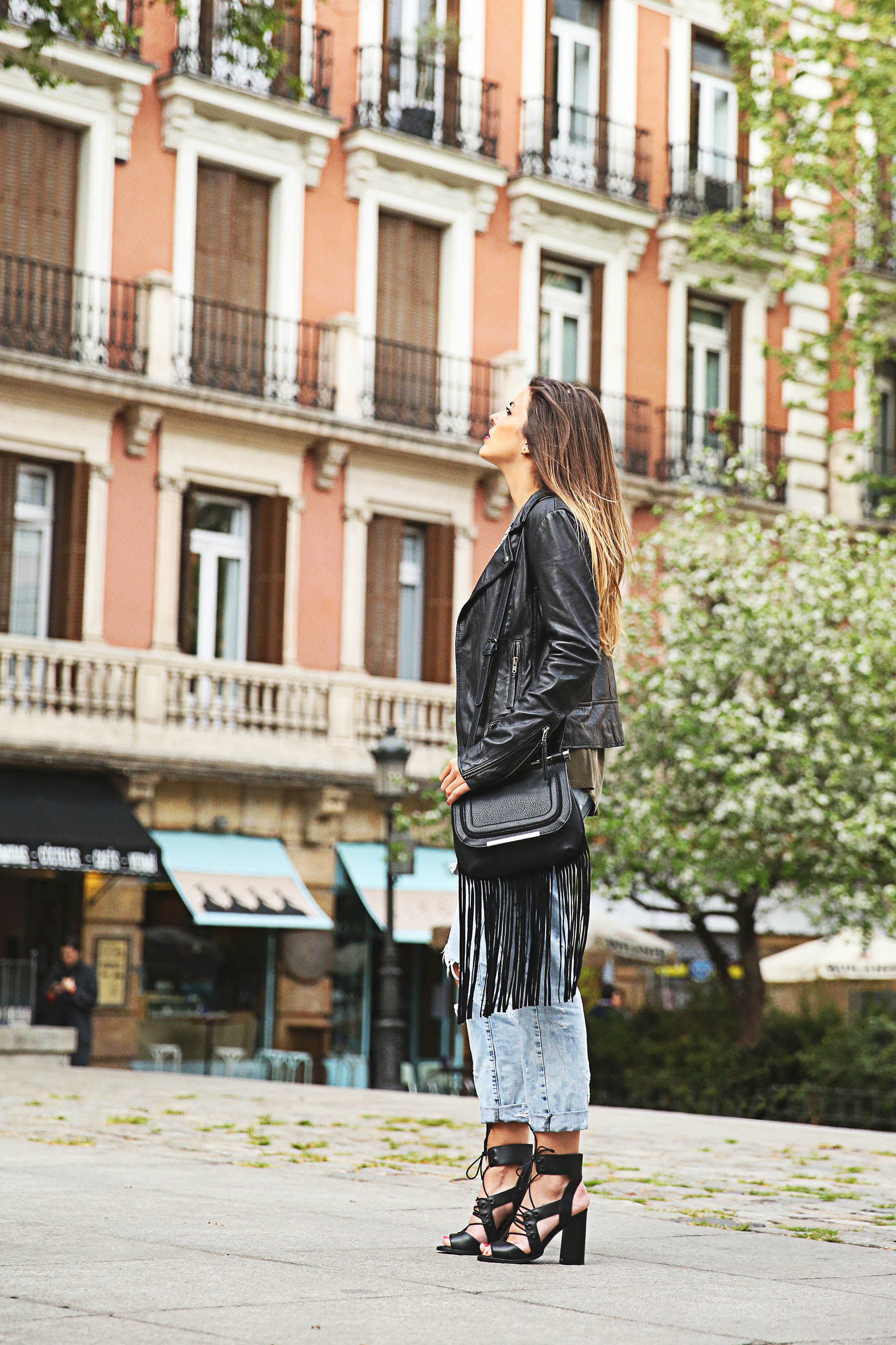 trendy-taste-look-outfit-street-style-ootd-blog-blogger-fashion-spain-moda-españa-boyfriend-vaqueros-jeans-steve-madden-sandalias-verano-primavera-leather-jacket-chaqueta-cuero-khaki-caqui-ripped-rotos-3