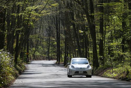 白糸ハイランドウェイを走る電気自動車「日産リーフ エアロスタイル」