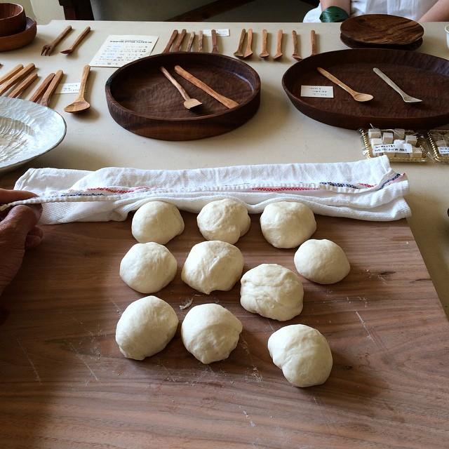 no89での展示販売中。  プチパン分割しました。 これより整形、2次発酵。 16時半ころ焼き上がり予定です!