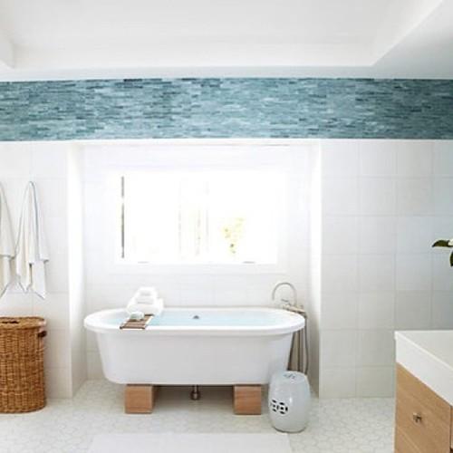 Banheiro Clean com detalhes que enriquecem o ambiente como a moldura em pasti -> Banheiro Clean Com Pastilha