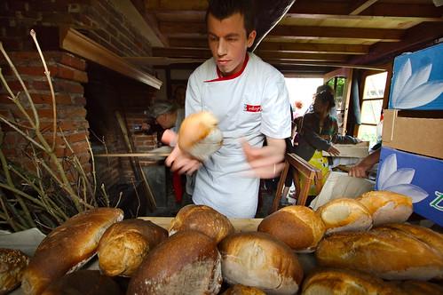 Boris sort des boules de pain du four. Chaud devant !!!