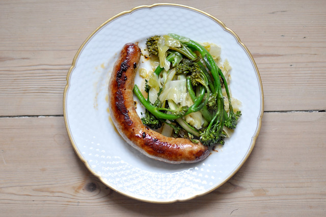Stegt chorizo med spidskål, asparges og broccoli