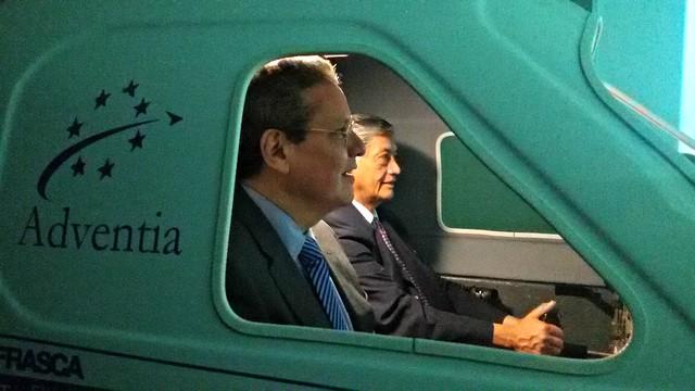 El embajador de Ecuador y el consejero de la embajada en el simulador Frasca TruFlite.