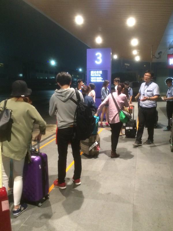 台北駅行きリムジンバスを待つ