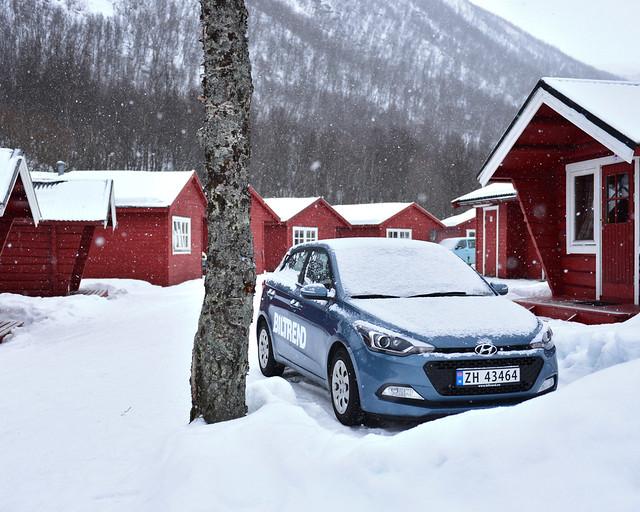Nuestro coche de alquiler en el camping de Tromso bajo la nieve