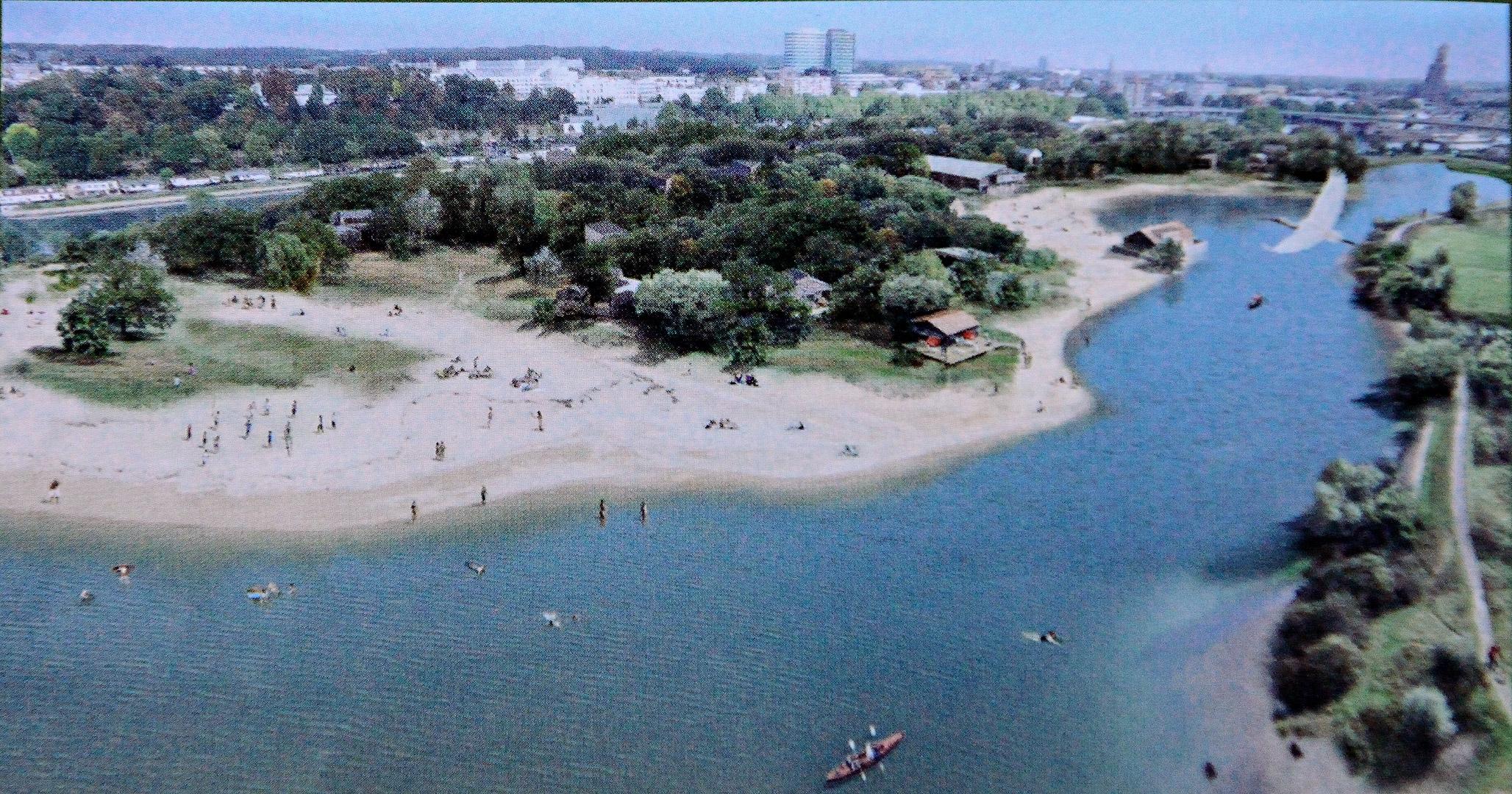 Een door de eigenaaer-ontwikkelaar verspreidde impressie van een mooi strand in een parkachtige met hier en daar wat lichte bebouwing.