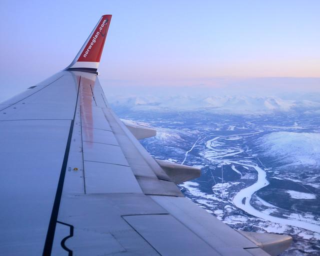Sobrevolando Noruega y rumbo a Tromso en avión