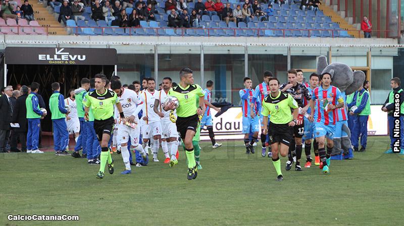 I giocatori di Catania e Catanzaro fanno il loro ingresso in campo