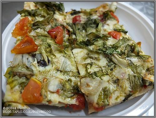אוכל בסיציליה : פיצה messinese - מוצרלה, עלי אנדיב מטוגנים, אנשובי, זיתים, עגבניות.