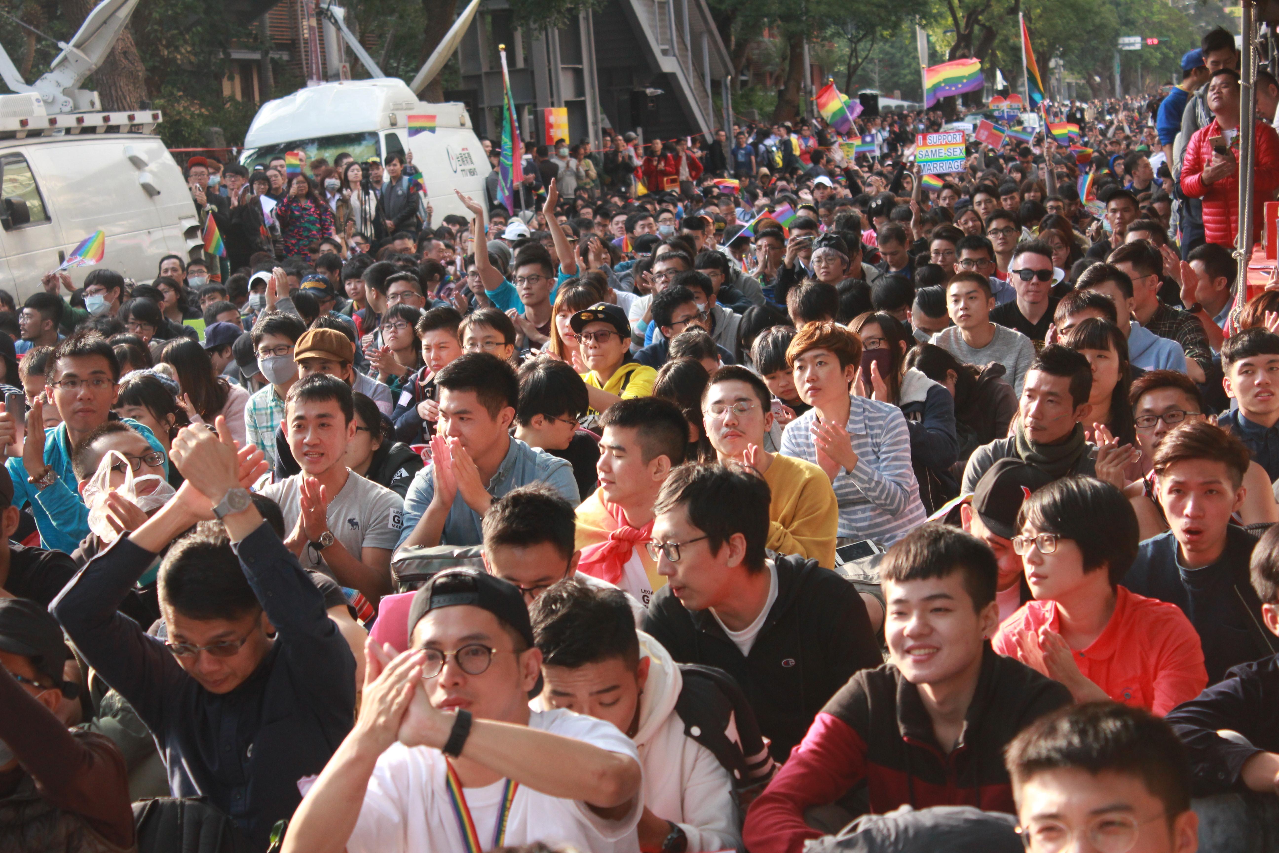 昨日力挺同婚的群眾滿溢出青島東路立院側門,主辦單位估計到場人數超過兩萬人。(攝影:張宗坤)