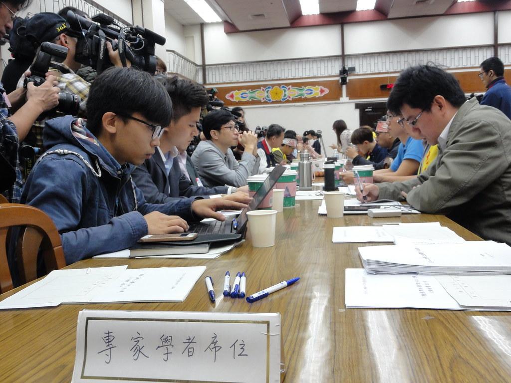 專家學者席位,坐滿了反砍七天假的勞團代表。(攝影:張智琦)