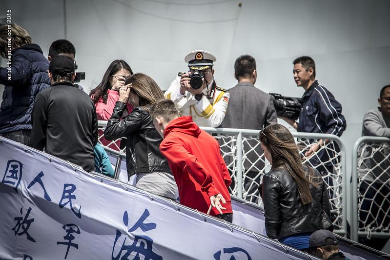 """Китайский морской офицер фотографирует гостей фрегата """"Линь И"""""""