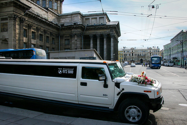 A limousine for wedding in front of Kazan Cathedral, Saint Petersburg, Russia サンクトペテルブルク、カザン聖堂前に停車中のリムジン