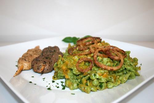 50 - Ramson spaetzle with fried onion rings & skewers - Side view / Bärlauchspätzle mit Zwiebelringen & Grillspieß - Seitenansicht