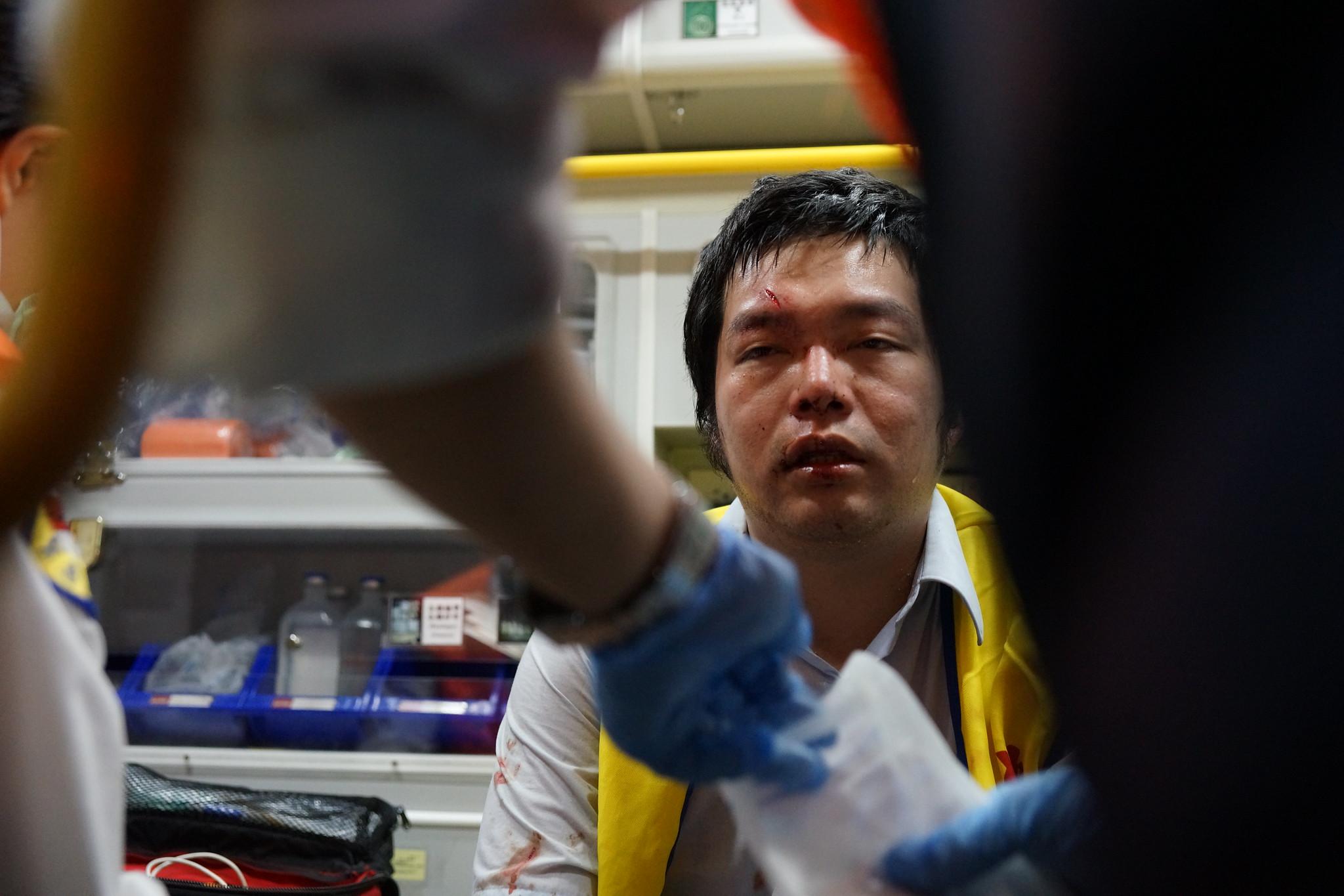 華潔工會秘書林莊周在推擠中頭部撕裂傷並送醫。(攝影:王顥中)