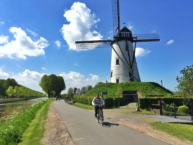 Sele en Damme (Flandes) montando en bicicleta