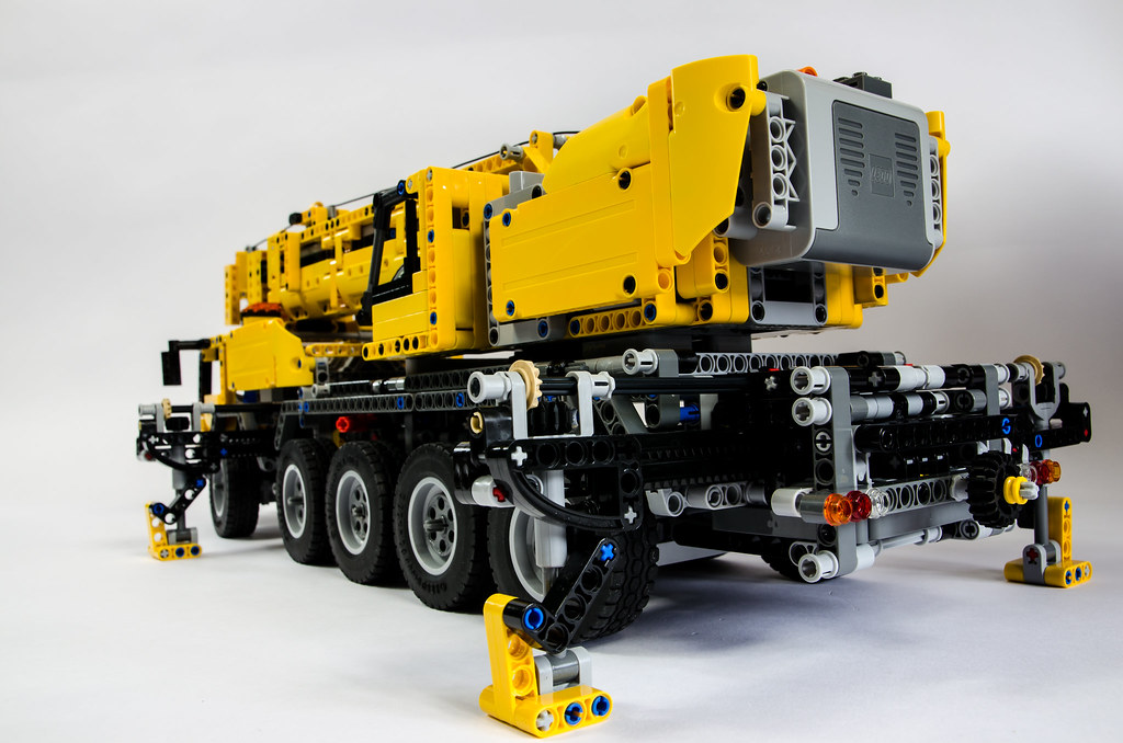 lego technic 42009 mobile crane. Black Bedroom Furniture Sets. Home Design Ideas