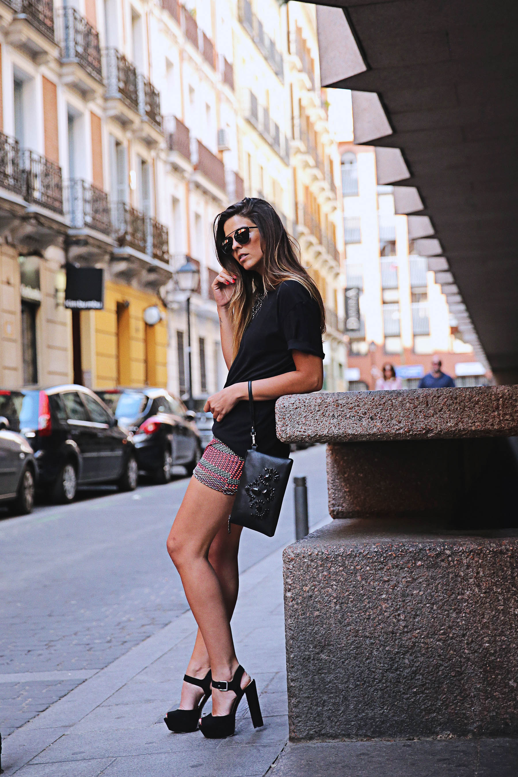 trendy-taste-look-outfit-street-style-ootd-blog-blogger-fashion-spain-moda-españa-falda-etnica-ethnic-print-skirt-steve-madden-basic-tee-dior-black-negro-5