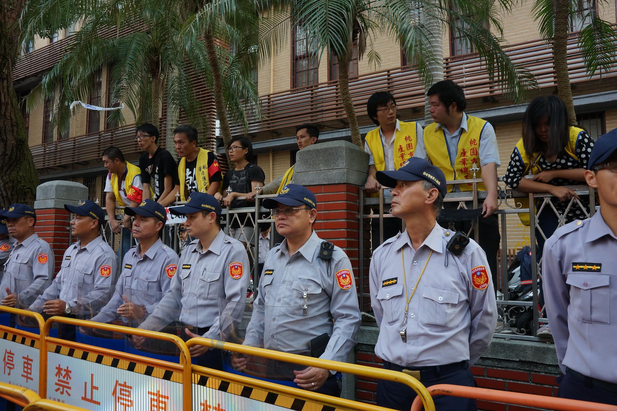 11名工會幹部順利翻牆進入立法院。(攝影:王顥中)