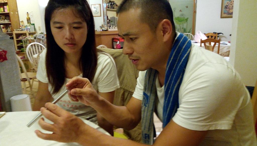創辦人朱學傑、陳怡潔正在說明吸管的製程。攝影:許靜娟。